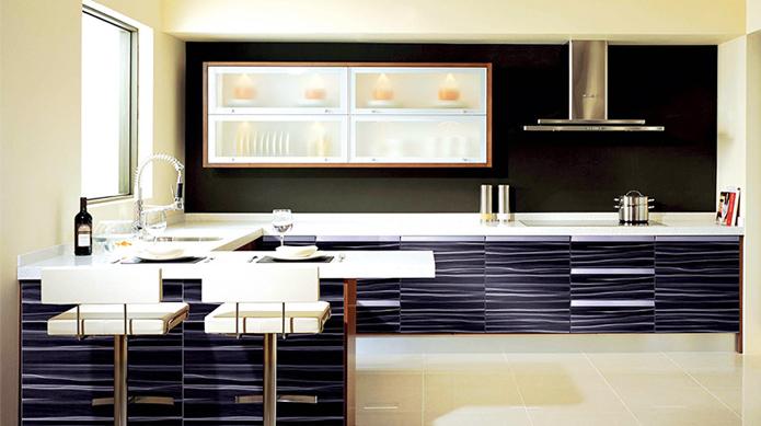 UV高光是利用优质、环保、防潮高密度板为基材,表面淋涂UV底漆、UV面漆、进口高亮度高清晰UV光固化亮漆(也称光引发漆),经过紫外光瞬间固化而制成的一种环保、高亮、耐磨、耐老化的新型门板。 UV高光系列门板具有很强的视觉冲击力。美观时尚且表面平整,耐磨、防虫、防潮、不易变形、色彩丰富、易于清洁、质量稳定、耐变色、耐冲击、强度高(3H以上)、健康环保等超越其他门板的优势,将逐渐成为市场上的主流门板。